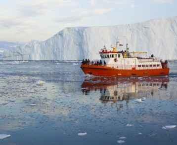 Midnight sailing inJakobshavn glacier. T
