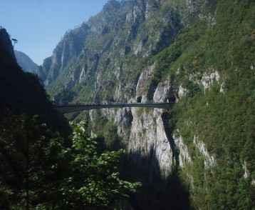 bosnia-driving-through-dinaric-alps