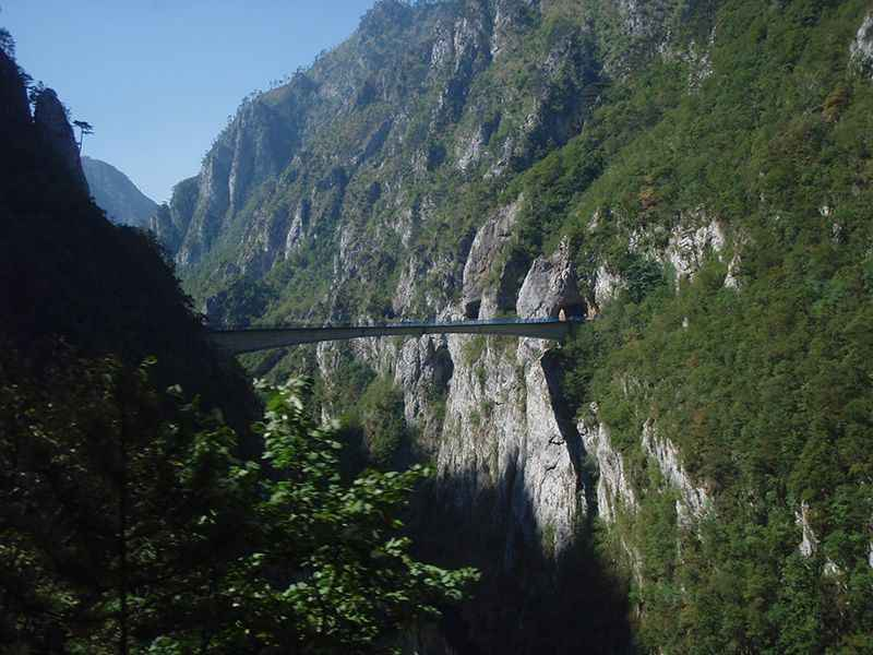 bosnia-driving-through-dinaric-alps