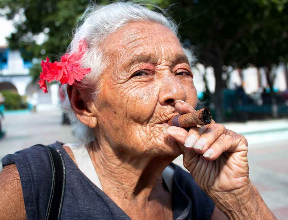 cuba-woman-cigar-super-hires