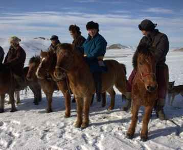 mongolian-horsemen-in-the-gobi-desert