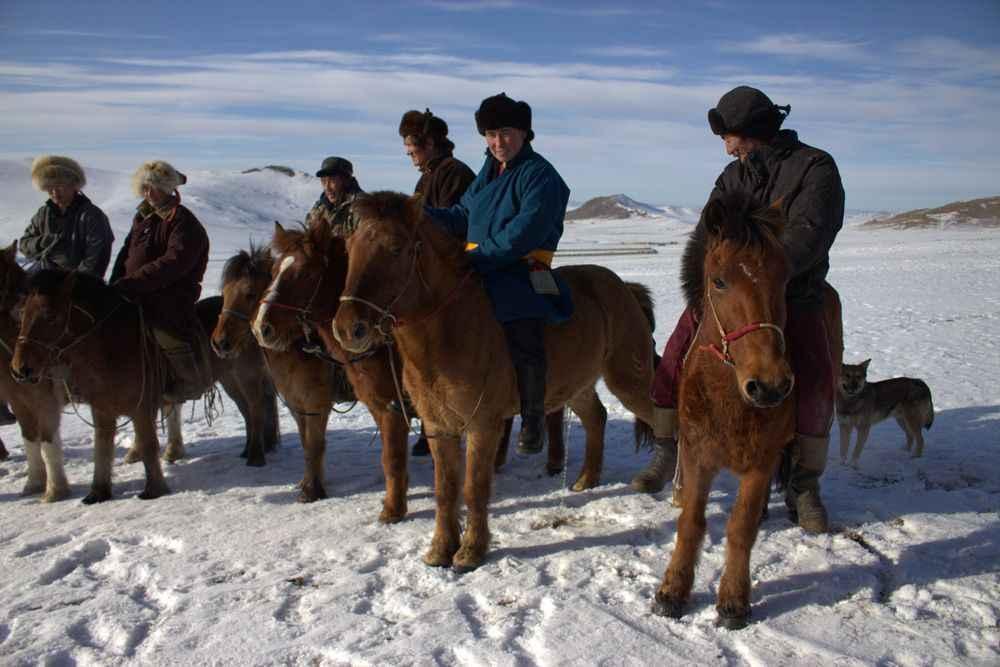 mongolian-horsemen-in-the-gobi-desert.jp