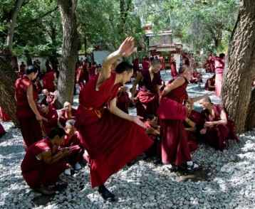monks-debating-at-sera-monastery-tibet