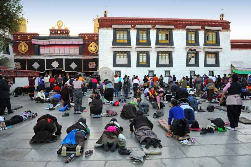 pilgrims-prostating-at-johkang-temple-lhasa