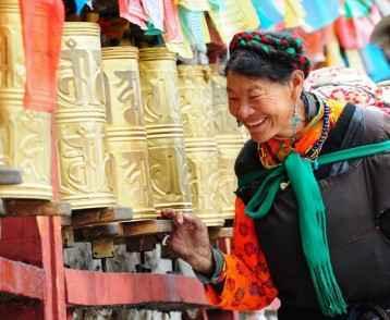 woman-and-prayer-wheels-lhasa