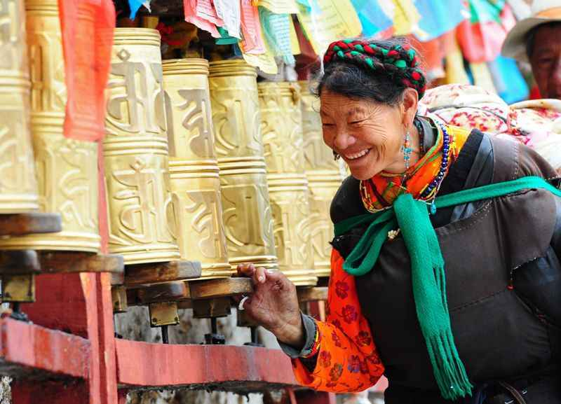woman-and-prayer-wheels-lhasa