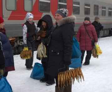 women-selling-fish-trans-siberian-railway