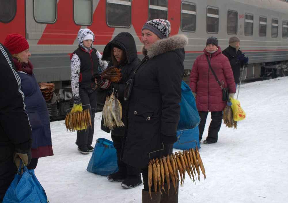 women-selling-fish-trans-siberian-railway